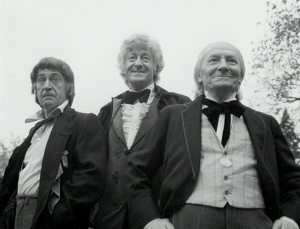 "Da sinistra: Patrick Troughton, Jon Pertwee e William Hartnell in ""The Three Doctors"", special del 10° Anniversario."
